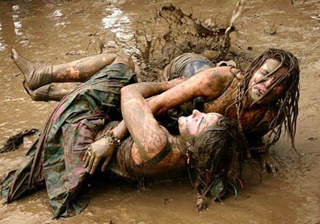 Бой голых теток в грязи все